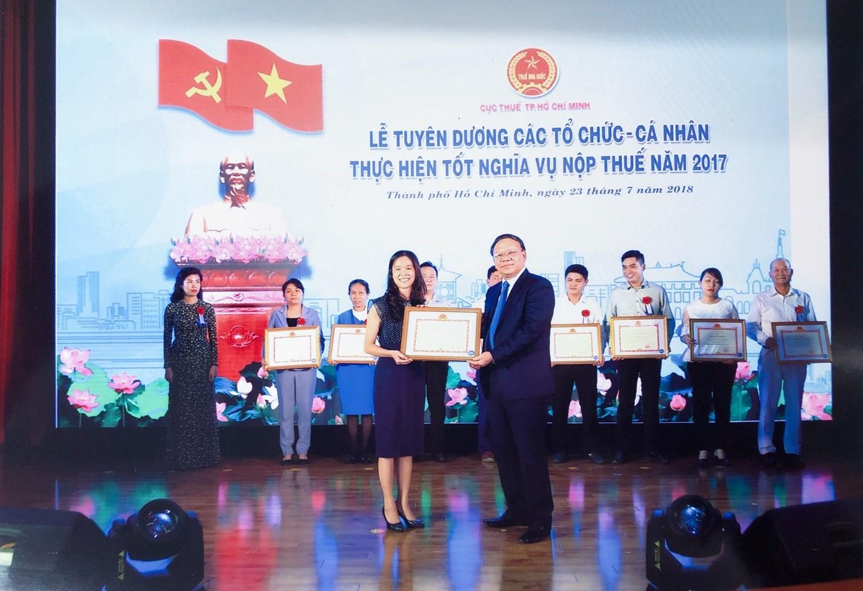 Bà Vũ Quỳnh Hoa – Kế toán trưởng Phát Đạt đón nhận bằng khen tại buổi lễ